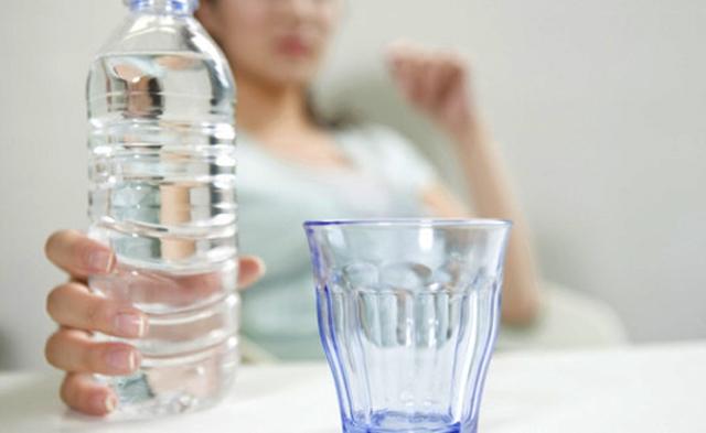 전문가들은 하루 2리터 정도의 물을 마시라고 권장한다. 2 리터는 큰 생수병 한병의 부피이다.