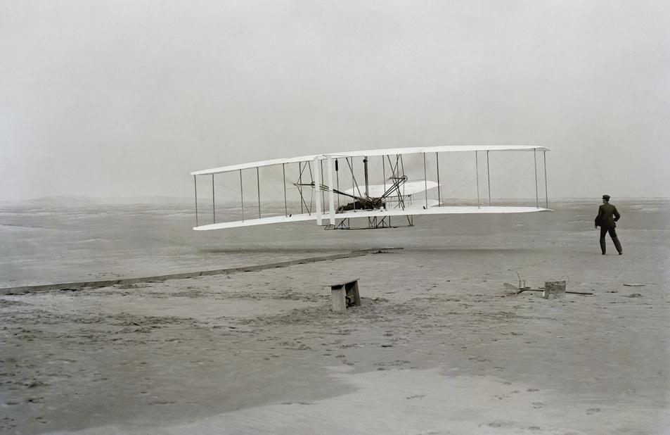 1903년 미국 노스캐롤라이나 키티호크에서 오빌 라이트가 탄 프로펠러 비행기가 인류 최초의 동력비행에 성공했다. 위키코먼스 제공