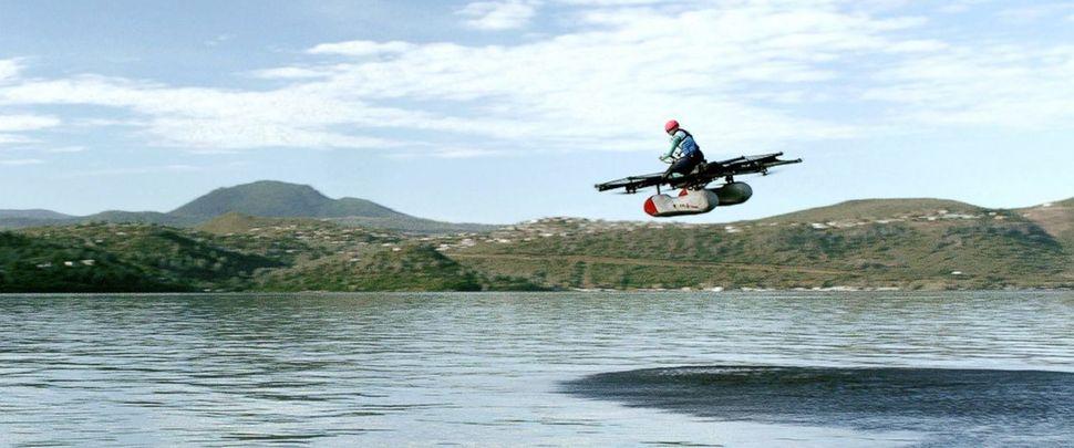 키티호크는 지난 4월24일 자사가 개발한 1인승 비행자동차 플라이어가 호수 위 4.5m 상공을 5분 남짓 날고 이착륙하는 내용을 담은 동영상을 유튜브에 공개했다. 이 회사는 올해 안에 시판에 나설 계획이라고 밝혔다.  유튜브 사진