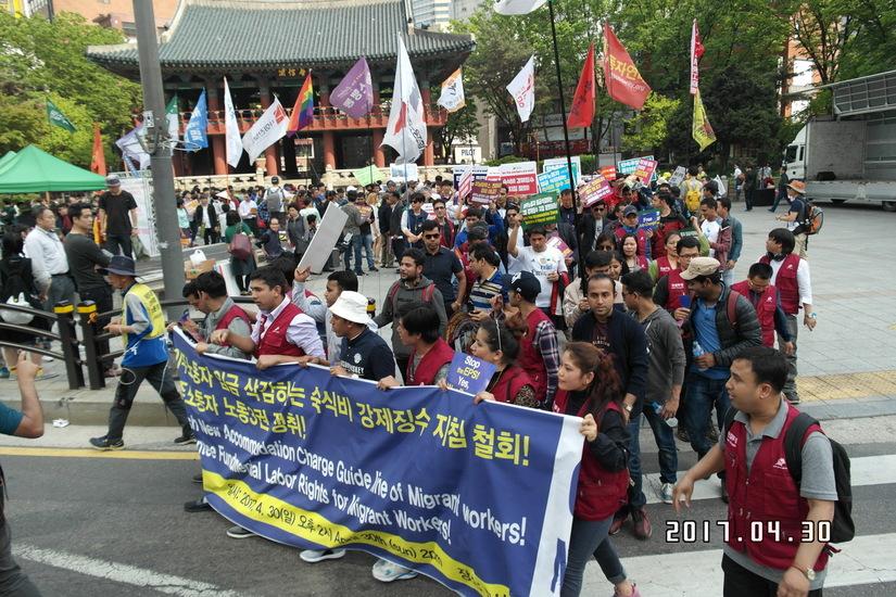 국제 노동자의 날(5월1일, 메이 데이)을 하루 앞둔 30일 서울 종로 보신각 앞에서 외국인 이주노동자들이 노동 3권과 인간다운 삶의 보장을 요구하며 집회를 한 뒤 거리행진에 나서고 있다.