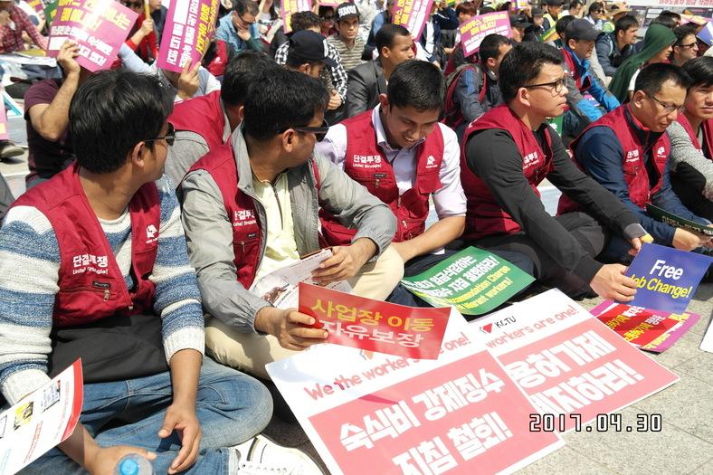 국제 노동자의 날(5월1일, 메이 데이)을 하루 앞둔 30일 서울 종로 보신각 앞에서 이주노동자노동조합이 주최한  '노동 3권 쟁취' 집회에 참가한 이주노동자들.