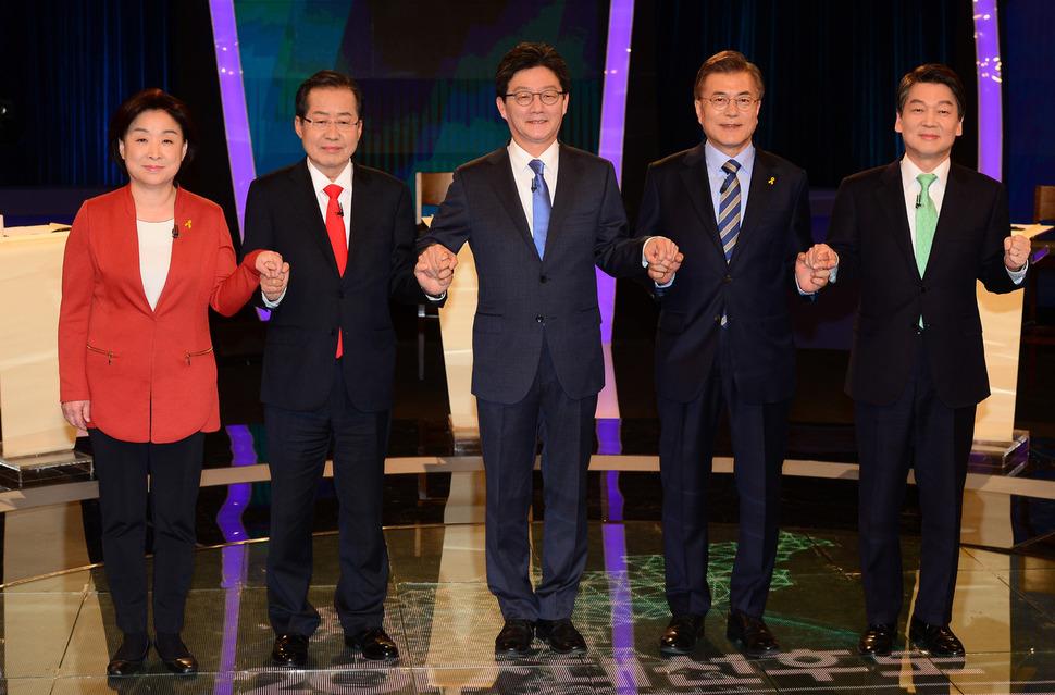 지난달 19일 오후 서울 여의도 한국방송(KBS)에서 열린 두번째 대선 티브이 토론에 앞서 정의당 심상정(왼쪽부터), 자유한국당 홍준표, 바른정당 유승민, 더불어민주당 문재인, 국민의당 안철수 후보가 포즈를 잡고 있다. 이번 대선 토론은 사상 첫 스탠딩 토론으로 진행됐다.  국회사진기자단