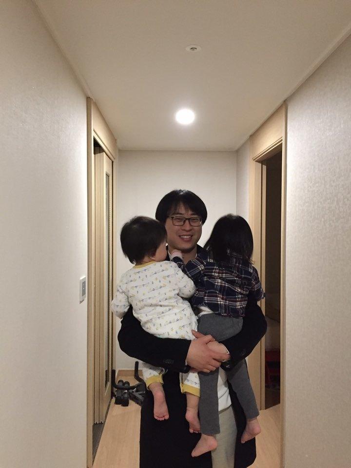 퇴근 뒤 두 아이를 안고 있는 윤형중 기자의 모습. 글, 사진 윤형중 기자