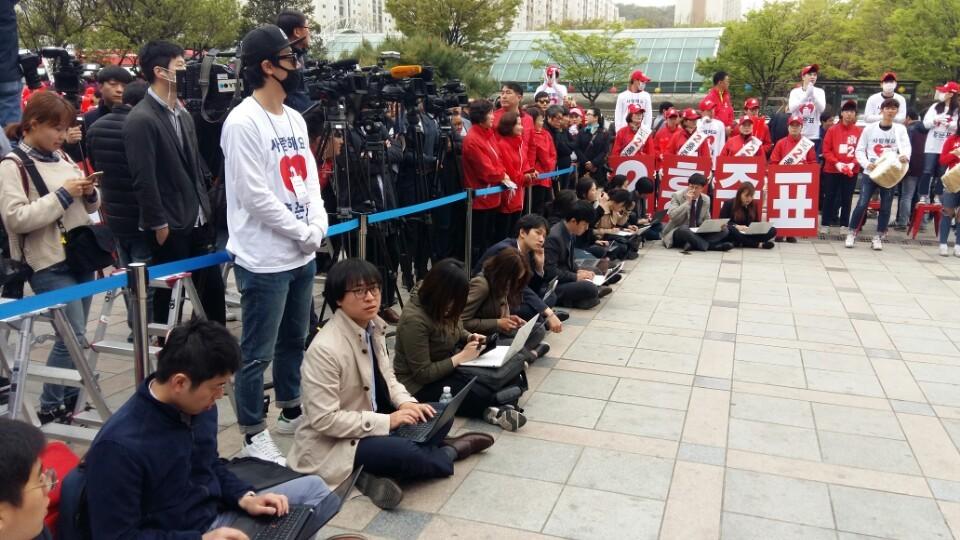 기자가 연단 앞 쪽에 주저 앉아 유세 중인 홍준표 자유한국당 후보의 발언을 노트북에 옮겨 적고 있는 모습이 보인다. 윤형중 기자