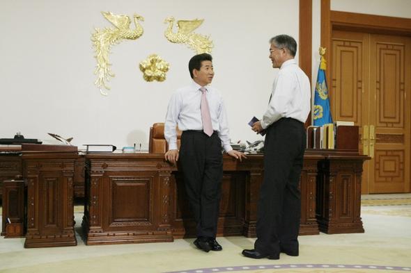 2007년 5월3일 노무현 대통령이 청와대 집무실에서 문재인 비서실장과 정국 현안을 논의하고 있다. 청와대사진기자단