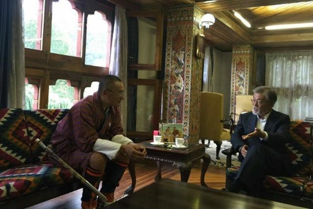 지난해 7월 부탄에서 만난 문재인 대통령과 부탄 총리. 문재인 대통령 페이스북 갈무리