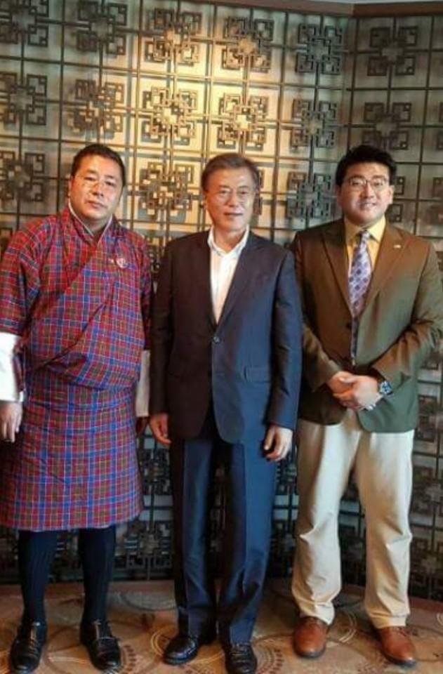 지난해 10월 부산에서 한자리에 선 문재인 대통령과 부탄의 탄딘 왕추크 보건부 장관(왼쪽), 윌리엄 리 한-부탄 우호협회 회장. 윌리엄 리 제공