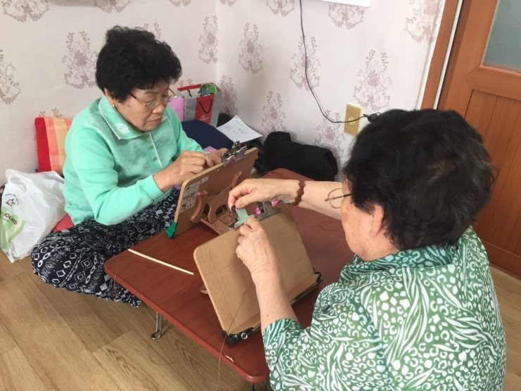 판매금액의 5%를 소외계층을 돕는 데 쓰는 ㈜마르코로호 할머니들이 팔찌를 만들고 있다.  대구대 제공