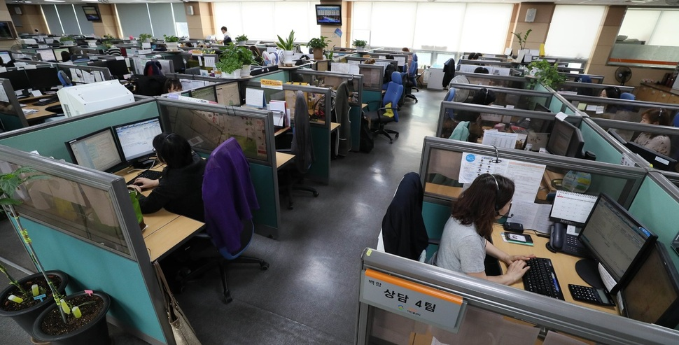 서울 동대문구 신설동 다산콜센터에서 15일 직원들이 시민들과 전화 상담을 하고 있다. 김정효 기자 hyopd@hani.co.kr
