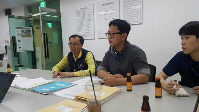 20일 저녁 서울 선릉역에 자리한 PSD 관리사무소에서 서울지하철노조의 윤영태 에이에프시(AFC) 지회장과 직원 박창수(29·가운데)씨가 인터뷰하고 있다.