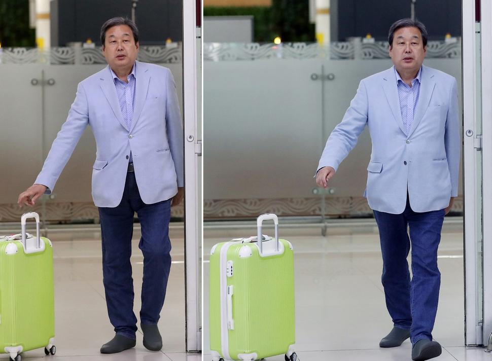 23일 오후 일본에서 귀국한 김무성 바른정당 의원이 서울 김포공항 입국장에 도착하며 마중 나온 관계자에게 캐리어를 밀어 전달하고 있다. 연합뉴스