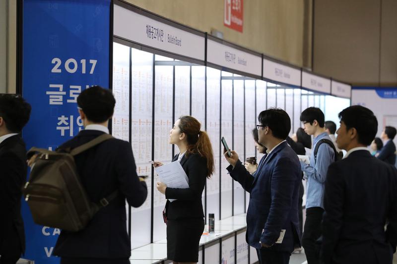 최근 열린 한 취업박람회. 한겨레 자료사진.