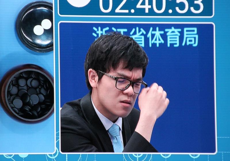 세계 최강의 바둑기사 커제 9단이 23일 중국 저장성 자싱시 우전에서 구글의 인공지능(AI) 바둑 프로그램 알파고와 대결을 펼치고 있다.  구글제공