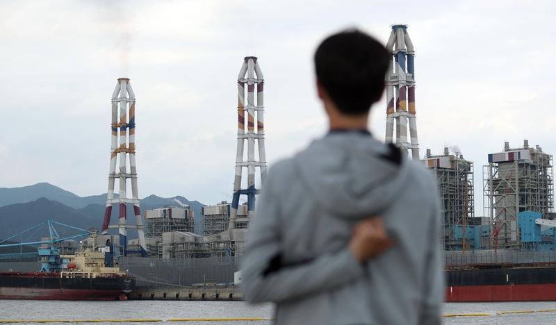 6월 한 달 동안 가동을 중지하는 30년 이상 된 노후 석탄 화력발전소인 경남 고성군 삼천포화력발전소 1·2호기(맨 왼쪽)를 한 주민이 바라보고 있다. 연합뉴스