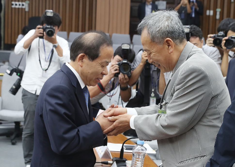 김이수 헌법재판소장 후보자(왼쪽)가 8일 오후 국회에서 열린 인사청문회에서 5.18 당시 사형판결을 내린 버스운전기사 배용주씨에게 다가가 인사하고 있다. 사진 연합뉴스