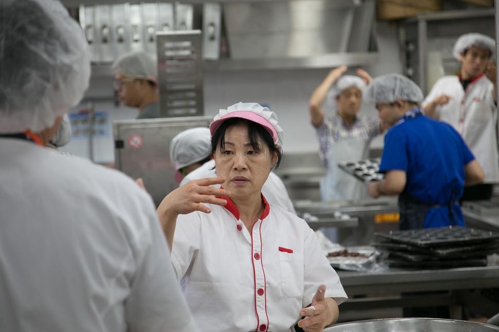 청각장애인 자립을 돕기 위해 만든 사회적기업인 삼성떡프린스 직원들이 수화로 의사소통을 하며 떡을 만들고 있다. 삼성농아원 법인 산하의 장애인 보호 사업장이던 이 업체는 2010년 사회적기업으로 전환했다. 서울시가 선정하는 우수 사회적기업으로 뽑히기도 했다. 서울시 사회적경제지원센터 제공