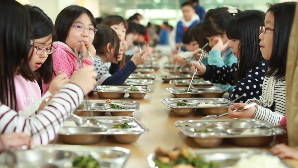 서울시는 어린이집과 지역아동센터 복지시설 등에서도 초·중학교처럼 친환경 재료 70% 이상을 사용하는 친환경 급식을 실시하기로 했다. 사진은 초등학교 친환경급식 모습. 서울시 제공