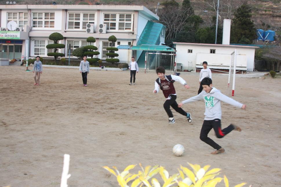 안도 여안중학교 운동장에서 학생들이 공놀이를 하고 있다. 이재언 제공