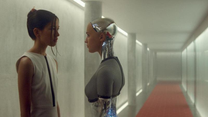 지능과 공감능력을 갖춘 인공지능 로봇을 소재로 2015년 개봉된 공상과학 영화 <엑스 마키나>의 한 장면. 영화에서는 정교한 인공지능 로봇 에이바가 사람처럼 감정을 지닐 수 있는지, 사람과 깊은 관계를 맺을 수 있는지를 다룬다.