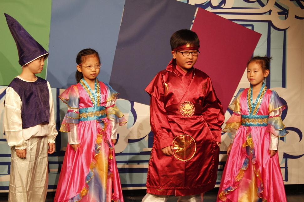 어린이들이 지난해 열린 신나는 연극학교에서 분장을 한 채 공연에 몰두하고 있다.   극단 토박이 제공