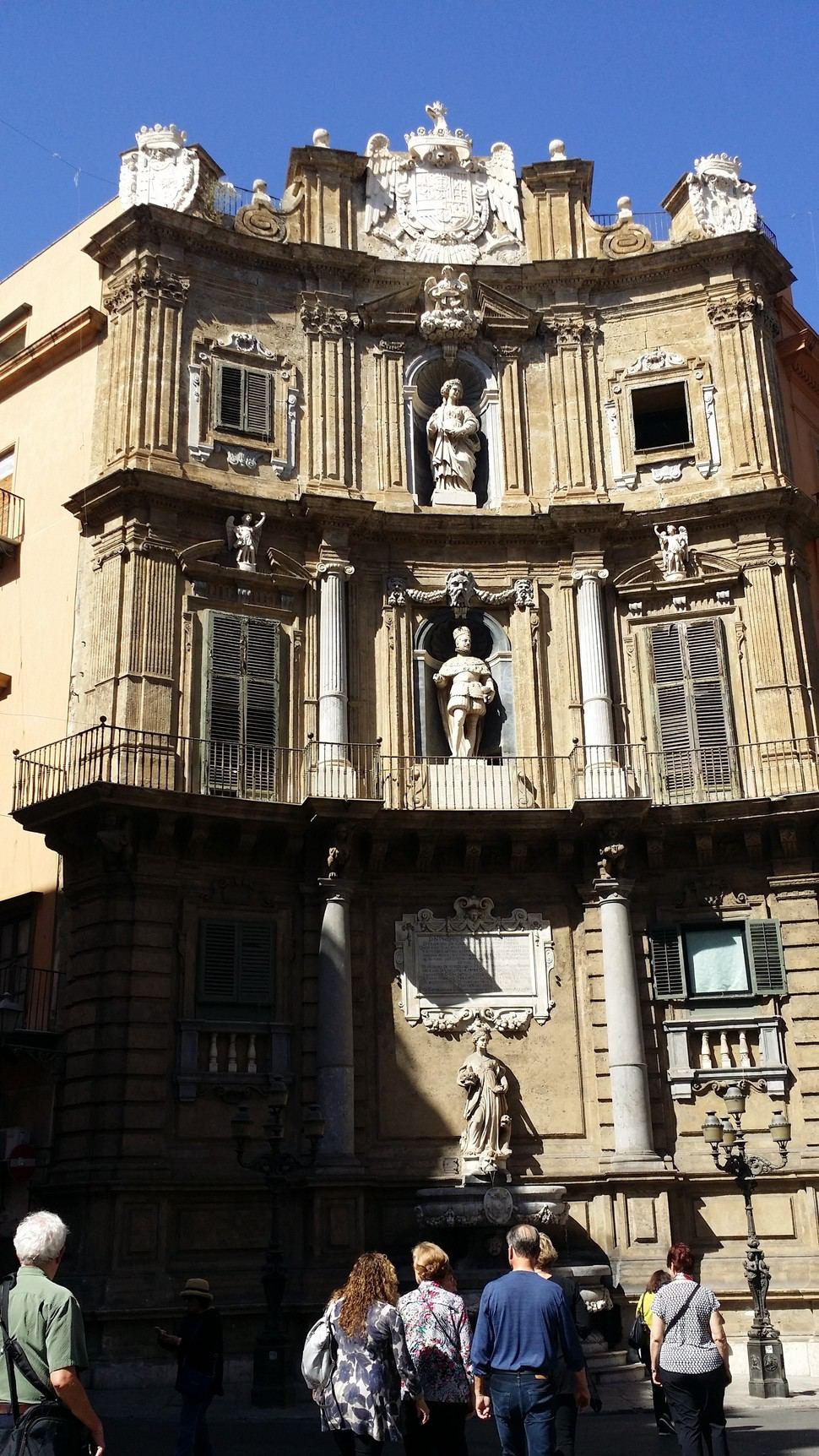 시칠리아 팔레르모의 콰트로 칸디. 이탈리어로 네 개의 모서리라는 의미다. 팔레르모 중심 사거리의 건물 모서리를 곡선 형태로 제작한 뒤 1층 계절의 여신을, 2층은 왕, 3층은 성녀의 조각상들을 만들어 넣었다.