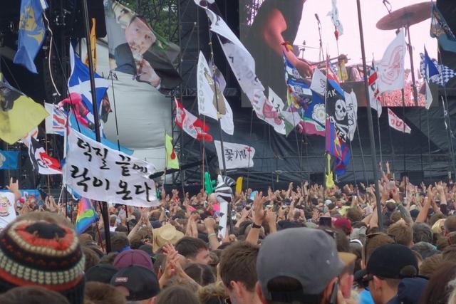 무대 앞에 휘날리는 깃발들. 꽃가마 원정대가 준비한 '덕질 끝에 락이 온다'도 함께 휘날리고 있다.