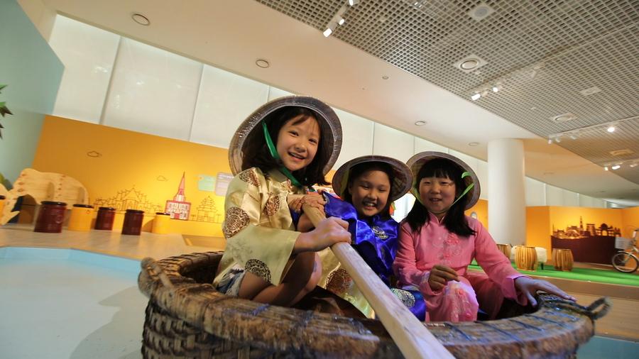 어린이문화원 다목적홀에서 열리는 '시아의 여행'은전에서 어린이들이 세계 여러나라의 탈것을 경험하며 즐거워하고 있다.국립아시아문화전당 제공