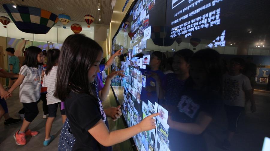 국립아시아문화전당 어린이문화원 다목적홀에서 열리고 있는 '시아의 여행'전에 참여한 어린이들이 체험 프로그램을 즐기고있다. 국립아시아문전당 제공