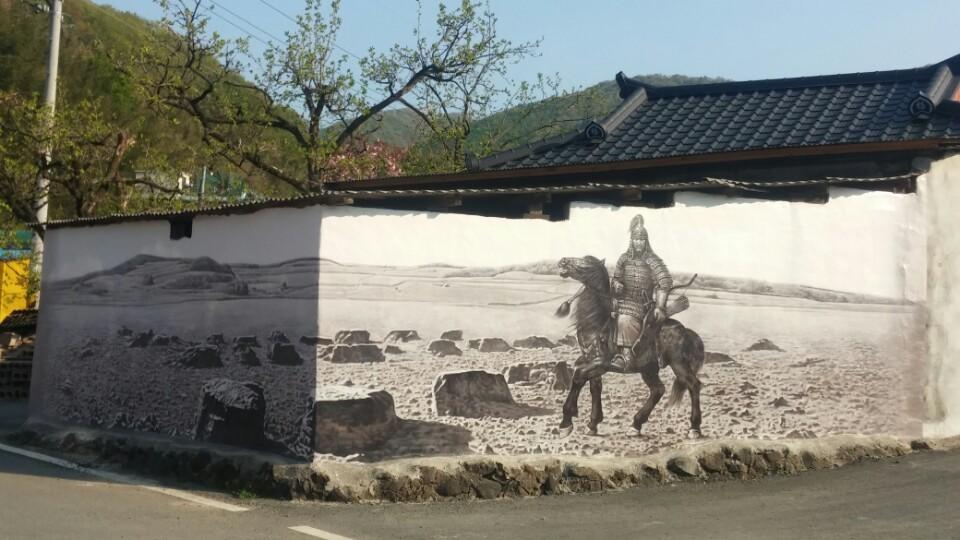 발해를 세운 대조영의 후손 80여명이 모여사는 경산시 남천면 송백2리 발해마을에 기마벽화가 그려져있다.  경상북도 제공