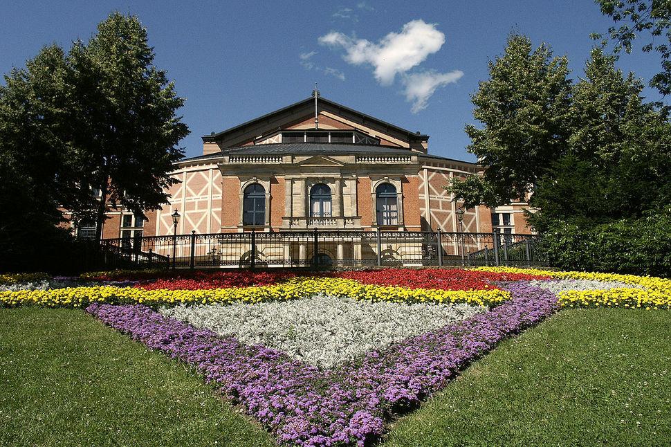 바그너가 직접 설계한 바이로이트 축제 극장 전경. 해마다 이곳에서 전 세계의 '바그네리언'들이 모여 <니벨룽의 반지> 연작 상연을 포함한 바그너 축제를 펼친다. 바그너는 스스로 '미래예술'이라고 자부한, 실제로 21세기에 이르러 강조되고 있는 '융합예술'을 염두에 두고 있었다.