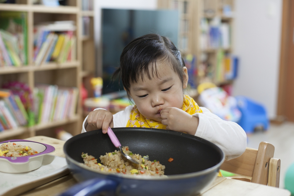 지난 4월5일 쌀밥보다 반찬을 더 좋아하는 두리에게 문화센터에서 배운 소스 조리법을 응용하여 볶음밥을 해줬다. 자극적인 굴소스 맛 때문인지 평소보다 많이 먹는다. 아빠도 두리도 배부르게 먹은 날이다. 두리 아빠 사진가 점좀빼