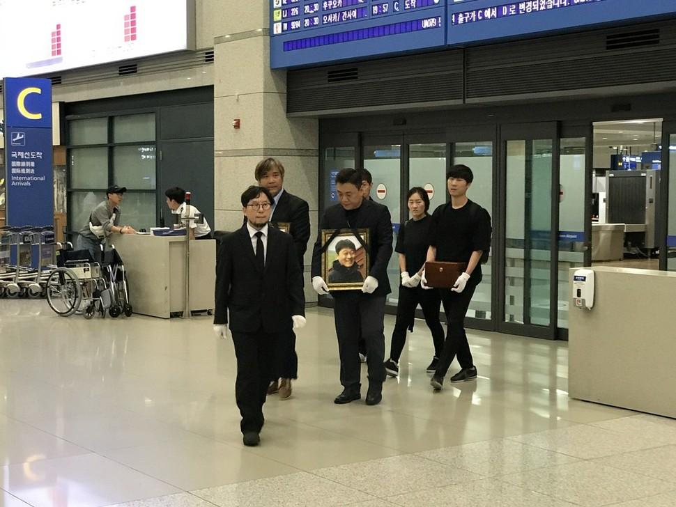 박환성·김광일 피디의 유해가 27일 인천공항을 통해 들어오고 있다.  한국독립피디협회