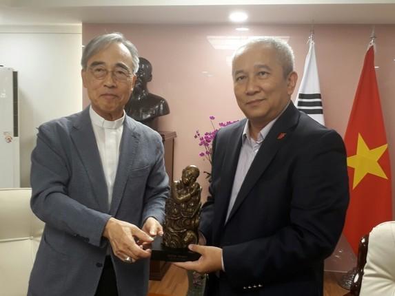 강우일 한베평화재단 이사장(왼쪽)과 응우옌부뚜 주한 베트남 대사.