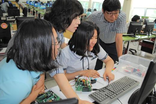 지난 17일 대전 동방여자중학교에서 학생들이 '에듀 메이커보드'를 활용해 다이오드 및 모터의 움직임을 제어하고 있다. 학생들은 '에듀 메이커보드'를 통해 로켓 발사대 만들기, 크리스마스트리 불빛 제어 등을 기획·구상하고 만들어보며 창의력을 키운다.  김지윤 기자