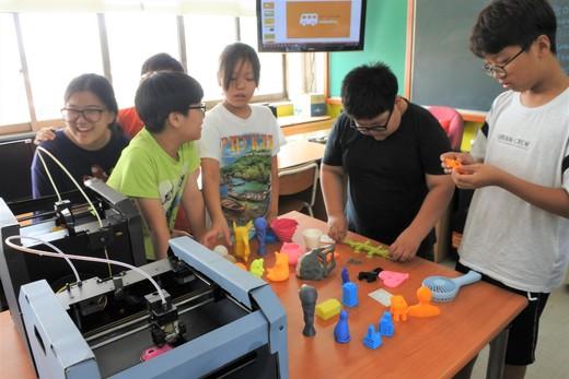 지난 19일 인천소양초교에서 '찾아가는 메이커교육-메이커 버스' 프로그램이 진행됐다. 학생들은 자신이 직접 프로그래밍·디자인한 제품을 만들어 보며 '상상이 현실로 구현되는 메이커 교육'을 경험했다.  메이커스 제공