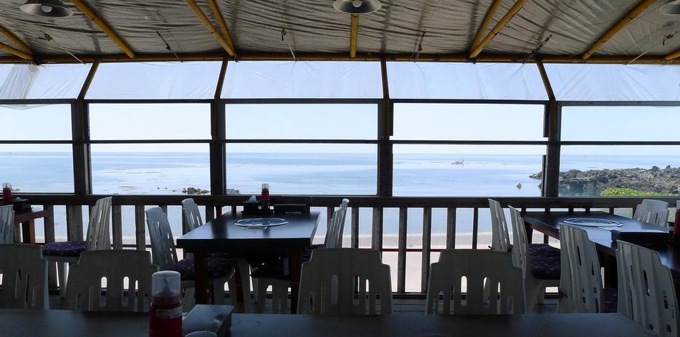파란 바다를 보며 음식을 즐길 수 있는 '내도바당' 내부 모습