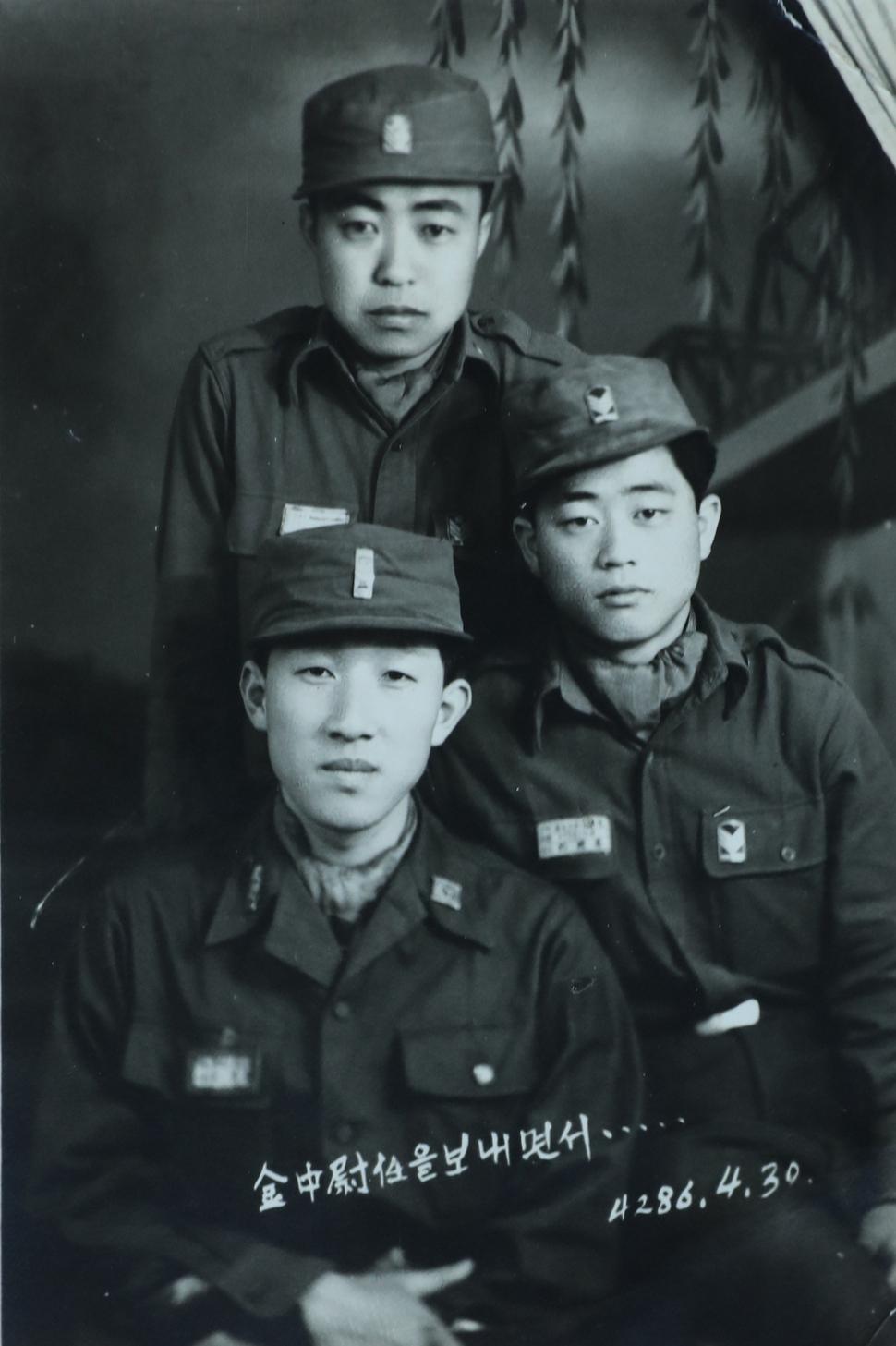 김영관 한국광복군동지회 명예회장(아래 왼쪽)은 6·25 때 자진해 또다시 군에 입대해서 공병 장교로 근무했다. 1953년 군 동료들과 함께한 모습. 김영관 제공