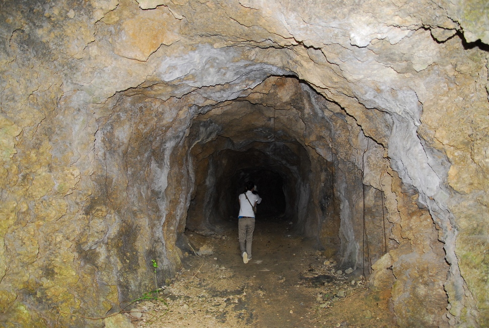 일본군 37연대의 최후 방어선으로, 바다로 들어오는 미군을 상대로 일본이 최후 결전을 준비했던 미야코지마 터널의 흔적. 조선인 강제징용자들이 군사시설 건설에 대거 투입됐다.