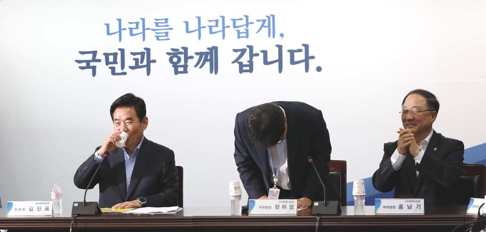 포용적 복지국가가 새 정부 공식 문서에 처음 기록된 건 '문재인 정부 국정운영 5개년 계획' 보고서에서다. 지난 7월14일 국정기획자문위원회는 이 보고서를 발표했다. 사진은 보고서 발표와 함께 이뤄진 위원회 해단식 모습이다. 박종식 기자 anaki@hani.co.kr