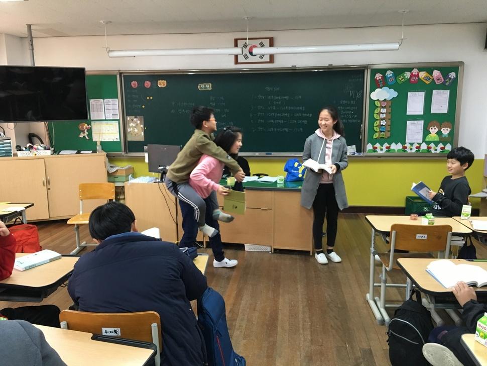 통영 용남초 학생들이 <몽실 언니> 슬로 리딩 수업을 통해 역할극으로 작품 읽기를 하고 있다. 용남초 제공