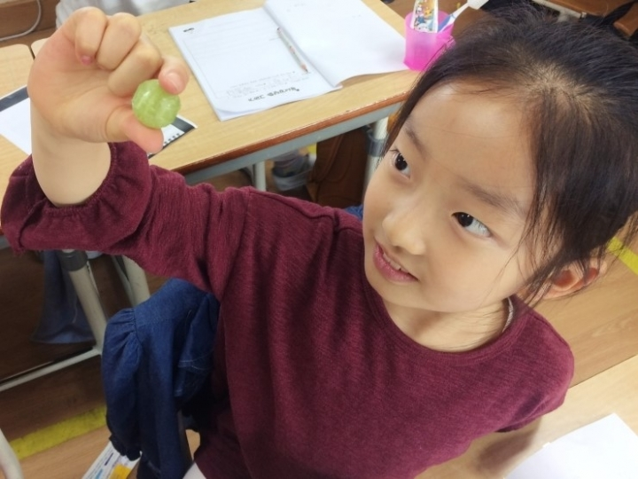 한 여학생이 그림책 <알사탕>을 읽고 작품 속 주인공처럼 알사탕을 먹으면 어떤 소리가 날까 상상하고 있다. 나주 중앙초 제공