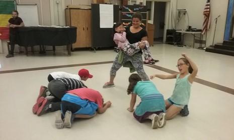 미국 캘리포니아에 있는 공립 호프초등학교의 연극 수업 시간에 아이들이 '묵언훈련'을 하고 있다. 현역 배우인 사라 교사의 질문에 따라 아이들이 몸동작만으로 다양한 표현을 하고 있다.  조윤경 교수 제공