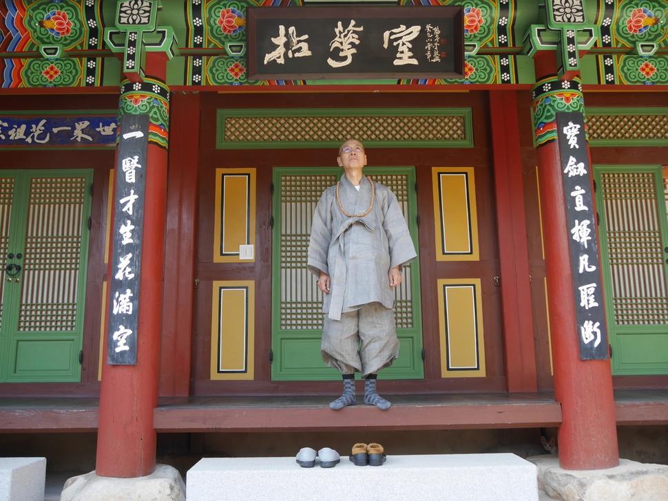 백양사 염화실에 마루에 서있는 방장 지선 스님