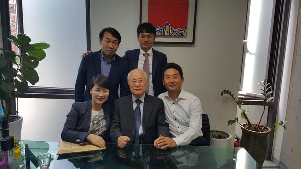 박지동(앞줄 가운데) 전 광주대 교수가 제자들과 함께 했다.