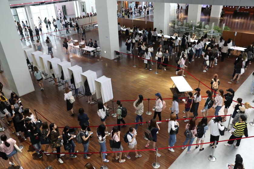 25일 오전 서울 서대문구 이화여대에서 재학생들이 총장 결선투표를 하고 있다. 김태형 기자 xogud555@hani.co.kr
