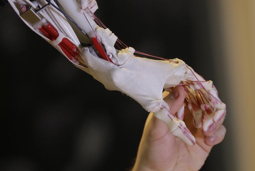 영국 런던 과학박물관의 로봇 전시회에서 한 기술자가 인공 로봇의 손을 잡고 있는 모습.                              연합뉴스