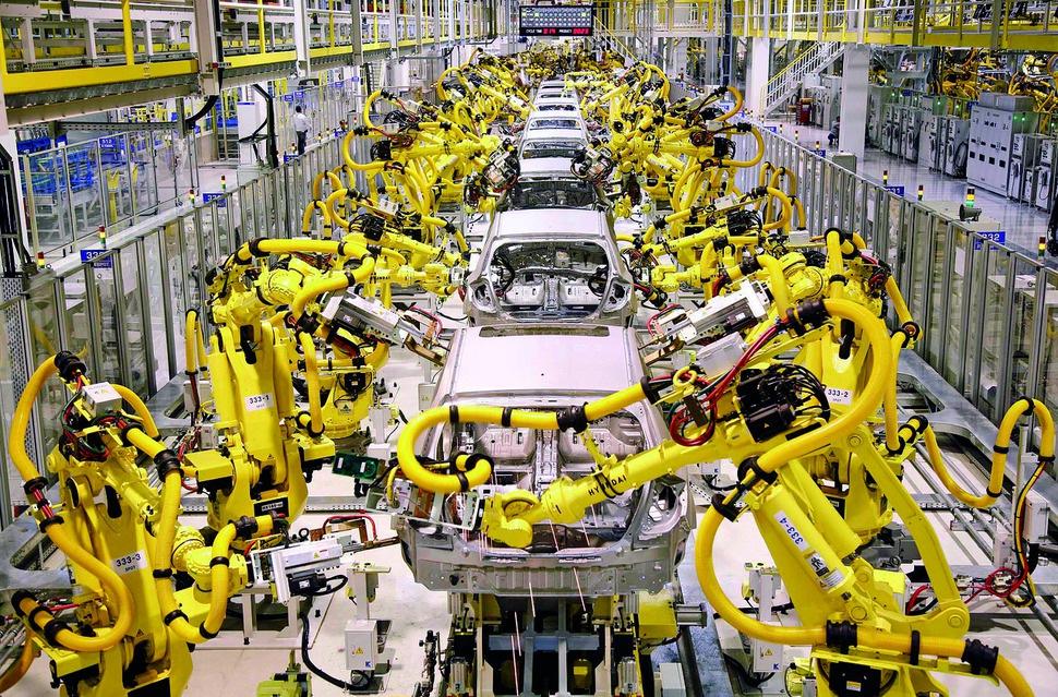 로봇은 빠른 속도로 인간노동을 대체하고 있다. 기아차 슬로바키아 공장에 설치된 산업형 로봇.                                 AP연합 (※ 그래픽을 누르면 크게 볼 수 있습니다.)