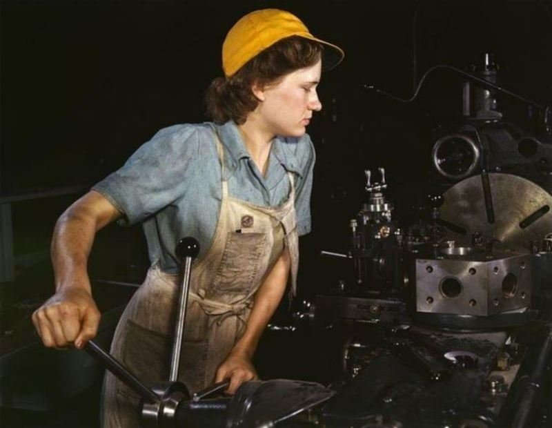 작업에 열중하고 있는 독일의 여성 노동자. 위키 커먼스