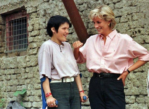 사고 직전인 1997년 8월10일 마지막 방문지였던 사라예보에서 다이애나 왕세자비가 지뢰로 장애를 입은 15살 보스니아 소녀와 이야기를 하고 있다. 다이애나는 생전에 인권, 평화, 자선 활동에 열심이었고, 지뢰 반대 운동에 적극 참여했다. 사라예보/AP 연합뉴스