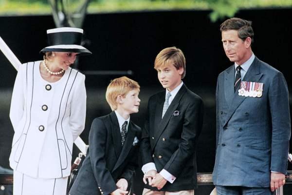1995년 8월19일 다이애나 왕세자비가 둘째 아들 해리, 큰아들 윌리엄, 남편 찰스 왕세자와 함께 2차대전 전승 기념행사를 지켜보고 있다. AFP 연합뉴스